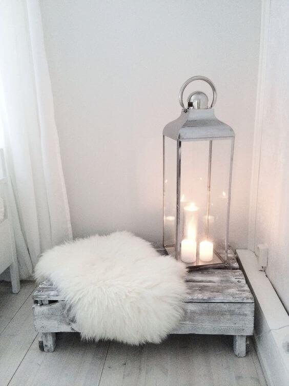 gezellige slaapkamer met kaarsen en schapenvacht