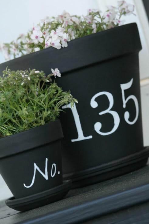 Huisnummer op bloemenpotten