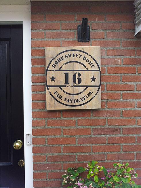 Huisnummer op hout