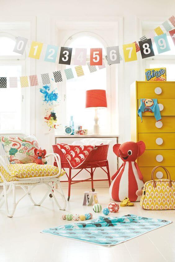 Okergele meubels in retro babykamer