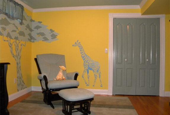 Okergele babykamer met muurstickers
