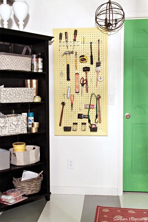 Pegboard in werkkamer: gereedschappen