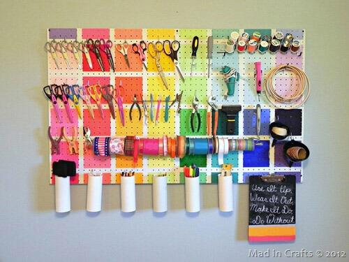 Pegboard in werkkamer: kleurrijk