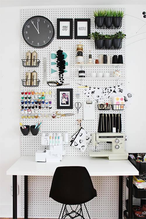 Pegboard in werkkamer: zwart wit