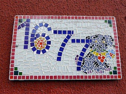 Huisnummer met mozaiek