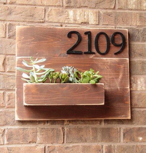 Huisnummer met plantenbak