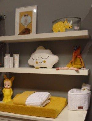 Okergele accessoires in de babykamer