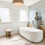 Plissé gordijnen in de badkamer: praktisch en trendy