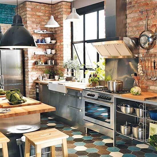 Industriele keuken met RVS kastjes en tegelvloer