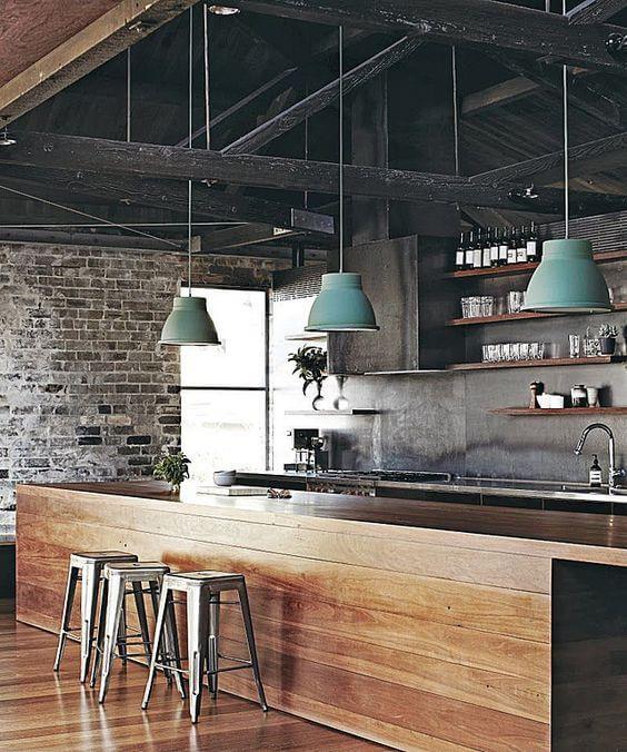 industriele keuken met metalen dakbalken