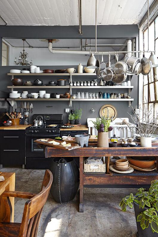 industriele keuken met typische houten tafel