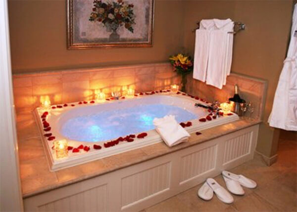 Romantische badkamer rozenblaadjes badrand