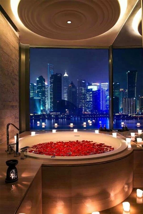 Romantische badkamer rozenblaadjes in bad