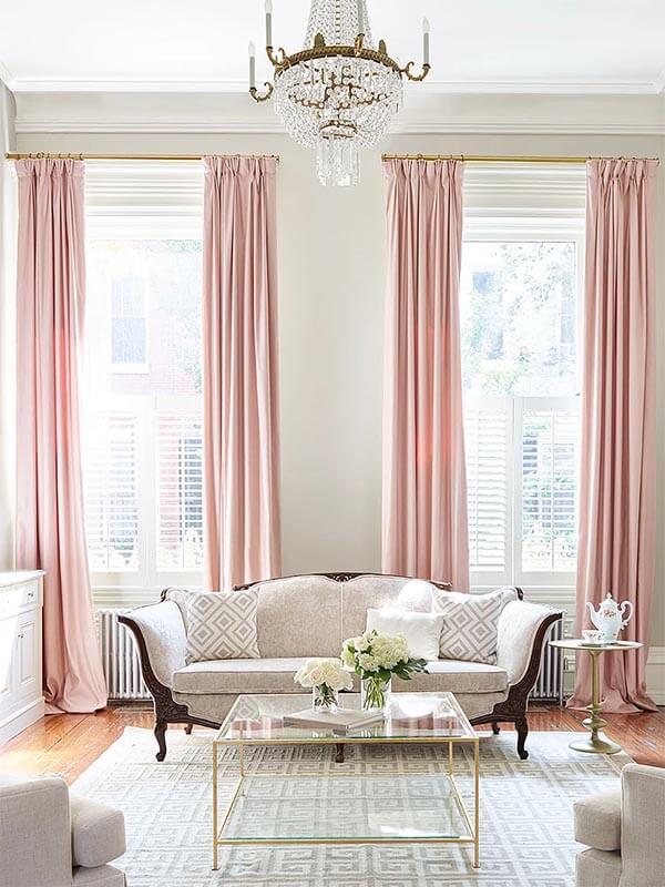 Kleur in huis: roze gordijnen