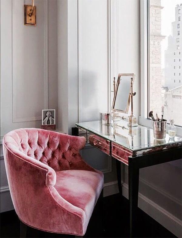 Kleur in huis: roze stoel