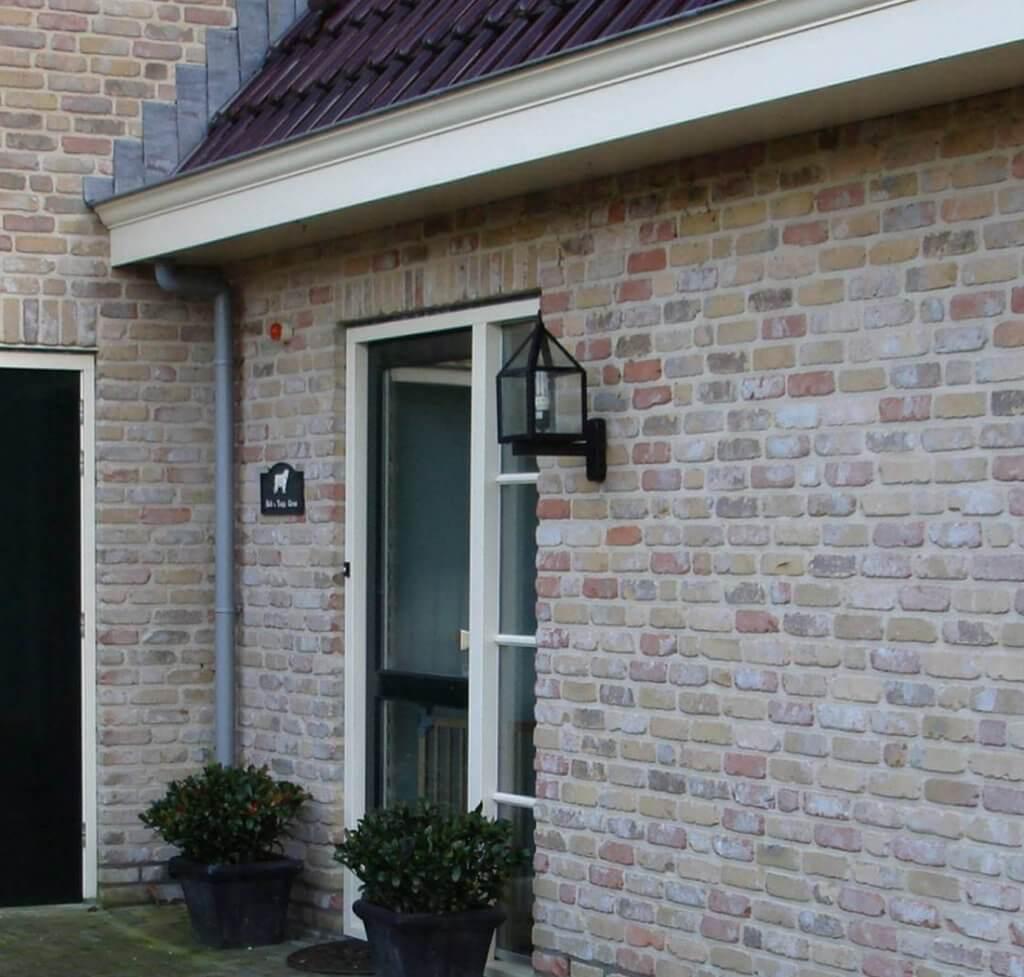 Buitenlamp naast de voordeur