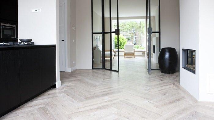 Modern lichte visgraat vloer