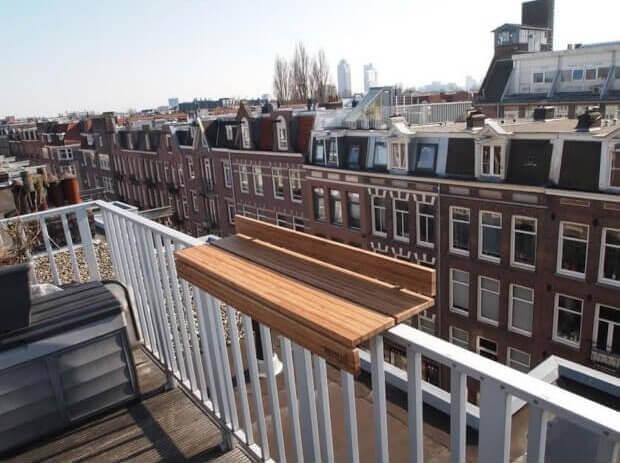 Balkonbar op de rand van het balkon