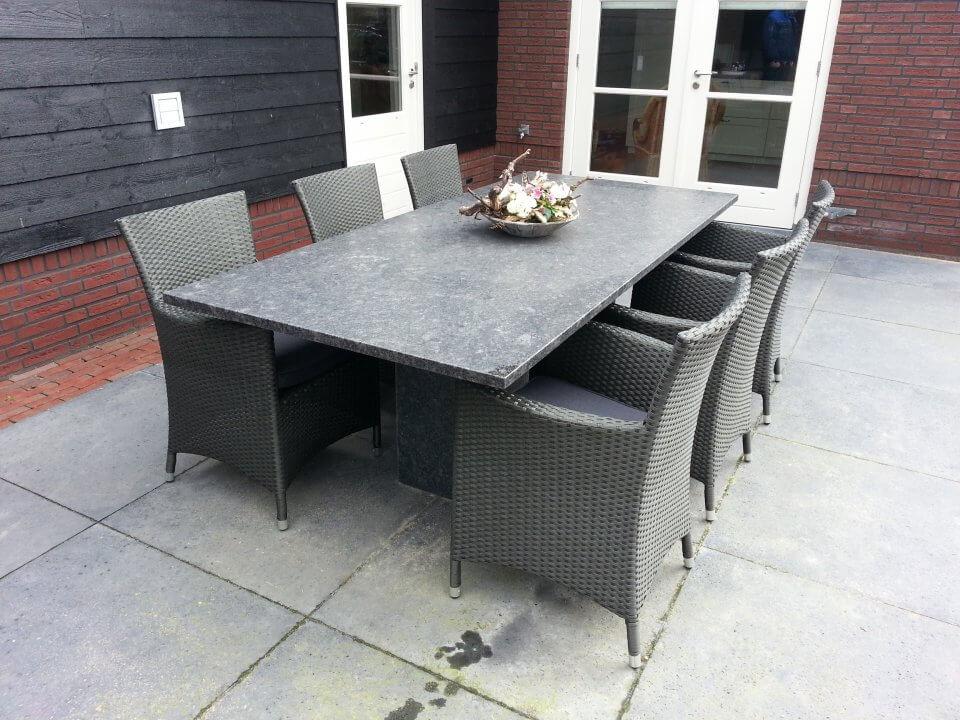 Granieten tafel in het tuinset