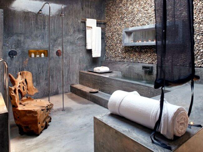 Bewerkte massieve stoel in badkamer