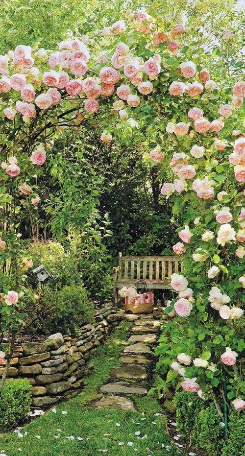 Knus zithoekje onder bloemen