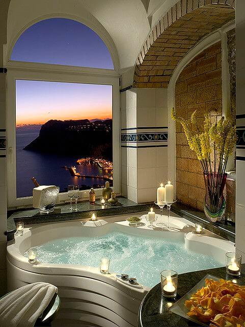 Luxe ligbad met bijzondere vorm