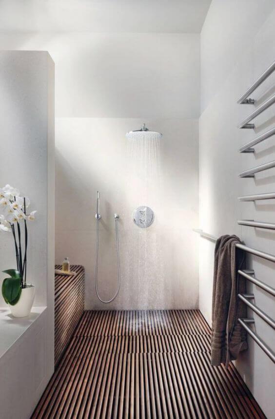 Minimalistische badkamer met houten vloer