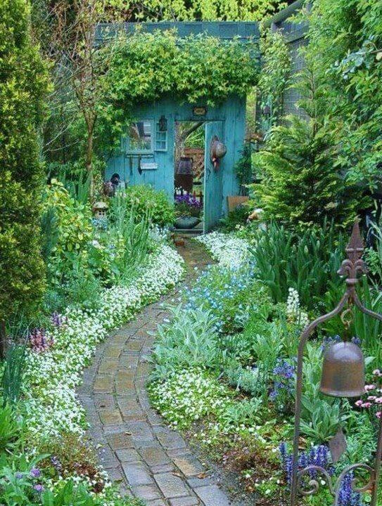 Prachtig tuinpad naar mysterieuze poort