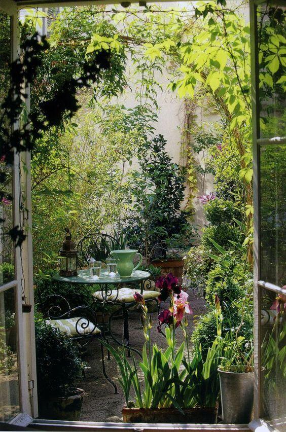 Romantisch hoekje tussen de planten