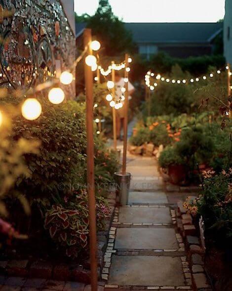 Romantisch verlicht tuinpad
