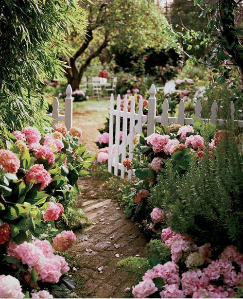 Tuinpad naar romantische tuin