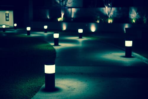 Verlichting langs het tuinpad