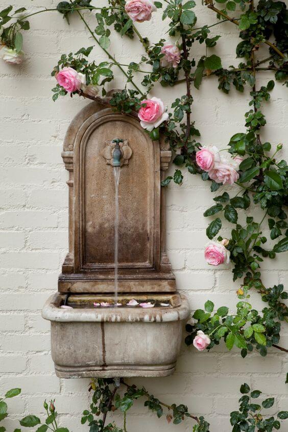 fonteintje met bloemen