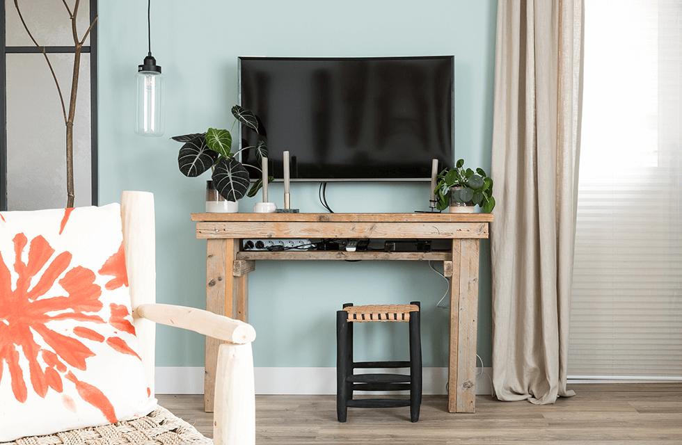 Hoge plint achter tv en gordijn