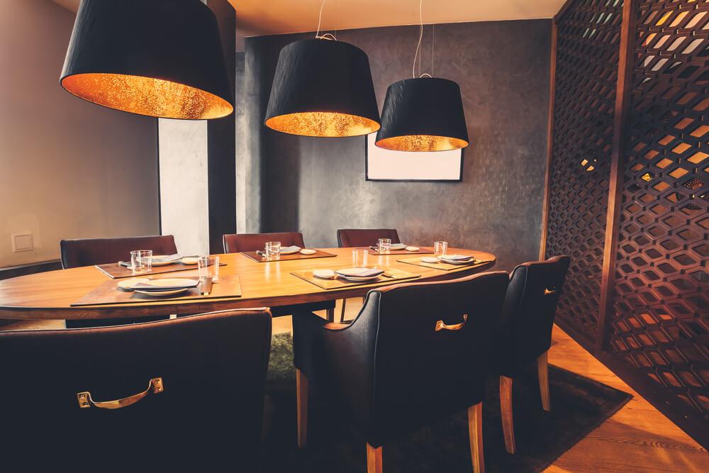 Mooie lampen boven de tafel