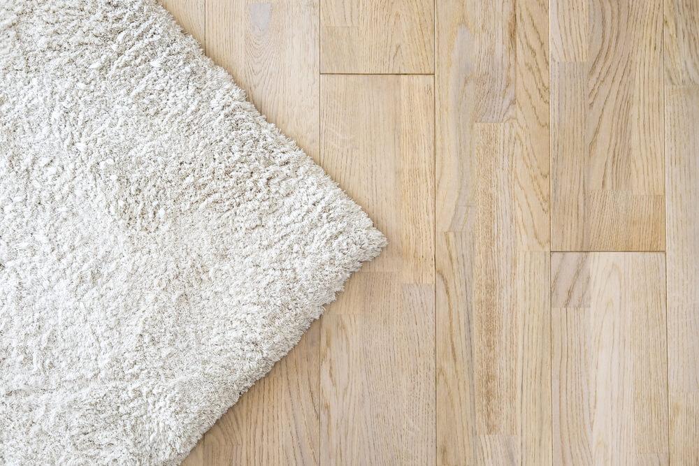 Ingezoomde houten vloer met vloerkleed