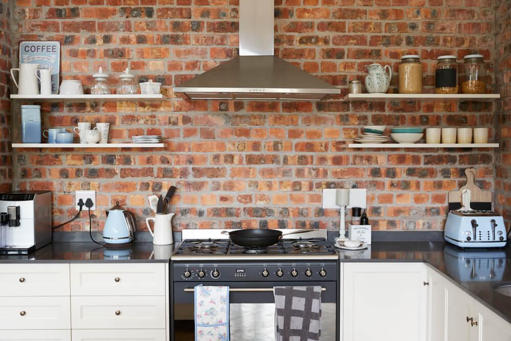 Industriele keuken met bakstenen en RVS