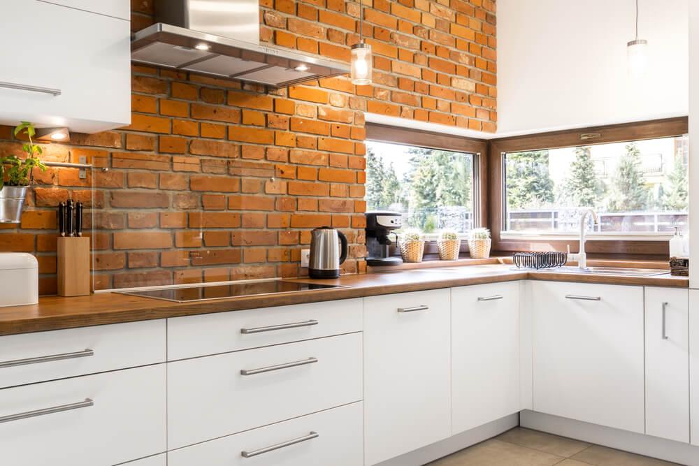 Industriele keuken met bakstenen muur