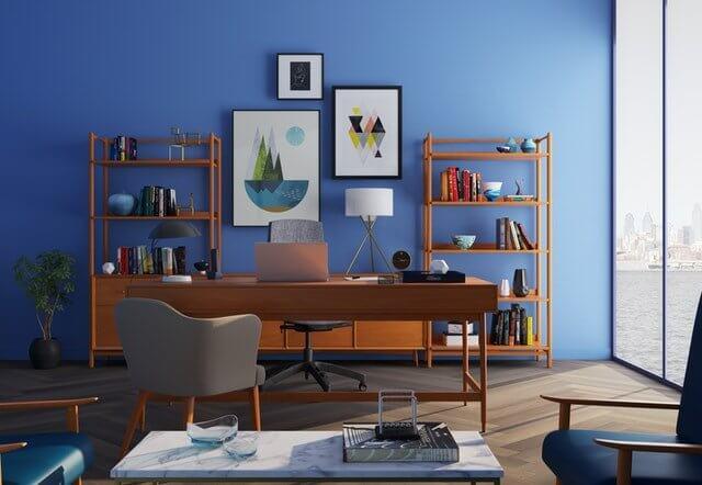 Schilderijen en posters aan de muur zijn essentiële accessoires in de woonkamer