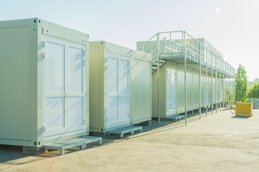 Eenvoudige containerwoningen in complex
