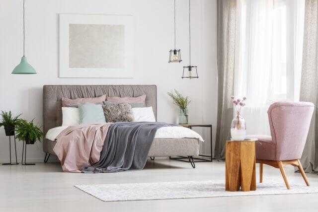 leg daarnaast een paar decoratieve kussens op bed in de winter is een extra dekentje ook top