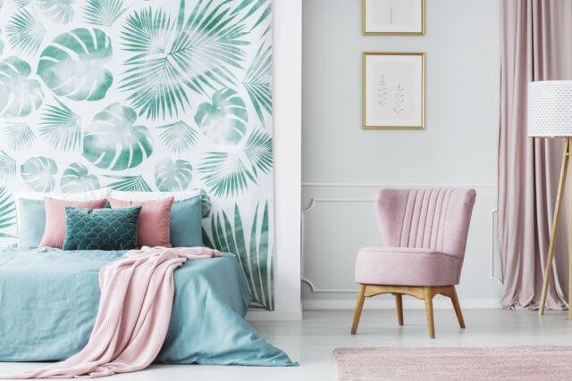 pas ook het interieur en de accessoires aan op de kleuren van het behang de slaapkamer ziet er dan uit om door een ringetje te halen