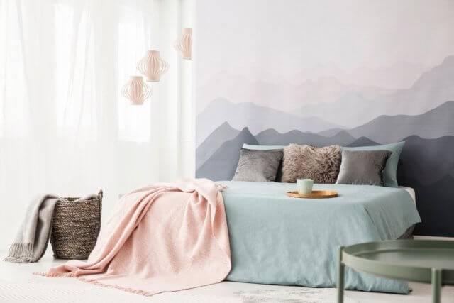 je kunt een hele muur met deze print behangen maar ook n strook achter het bed plakken hiermee trek je alle aandacht naar een hopelijk mooi opgemaakt