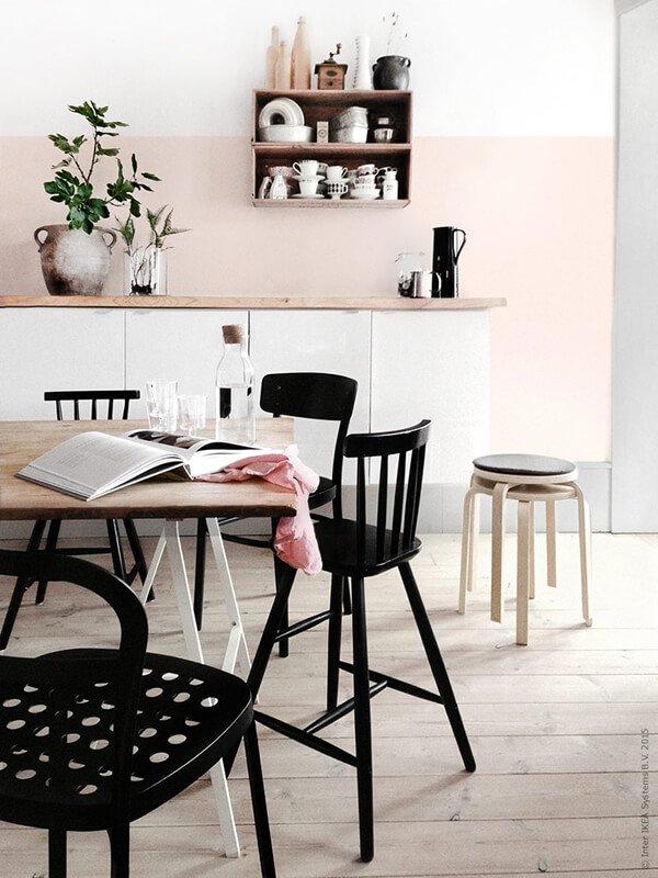 roze muur keuken