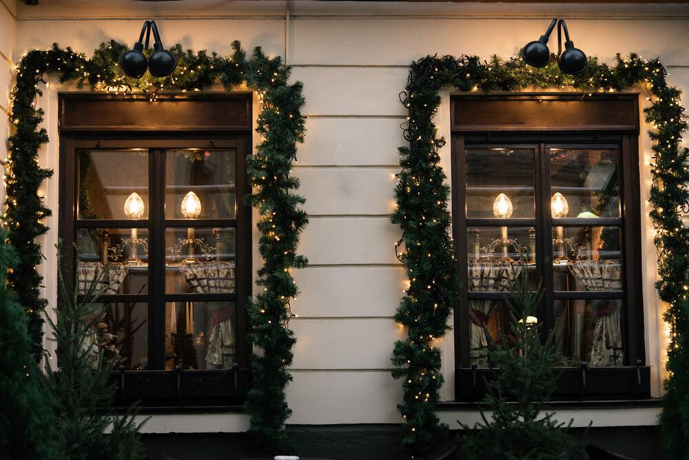 Kerstguirlandes bij de ramen