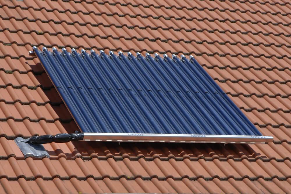 Zonneboiler op het dak van een aanbouw