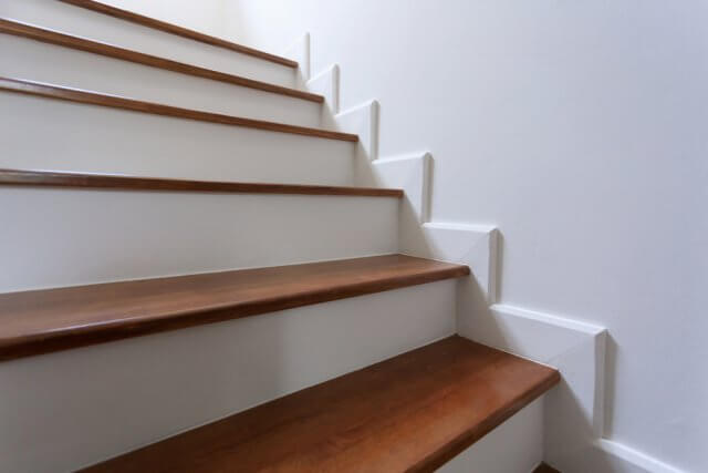 25 prachtige manieren om de trap te bekleden ik woon fijn for Trap hout wit