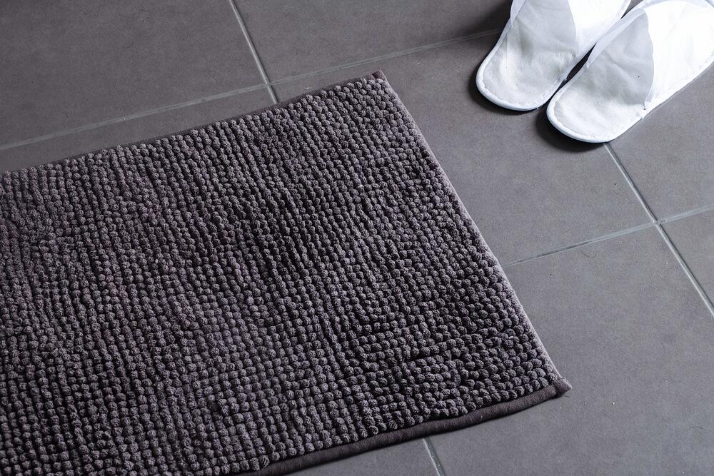 Laagpolige grijze badmat
