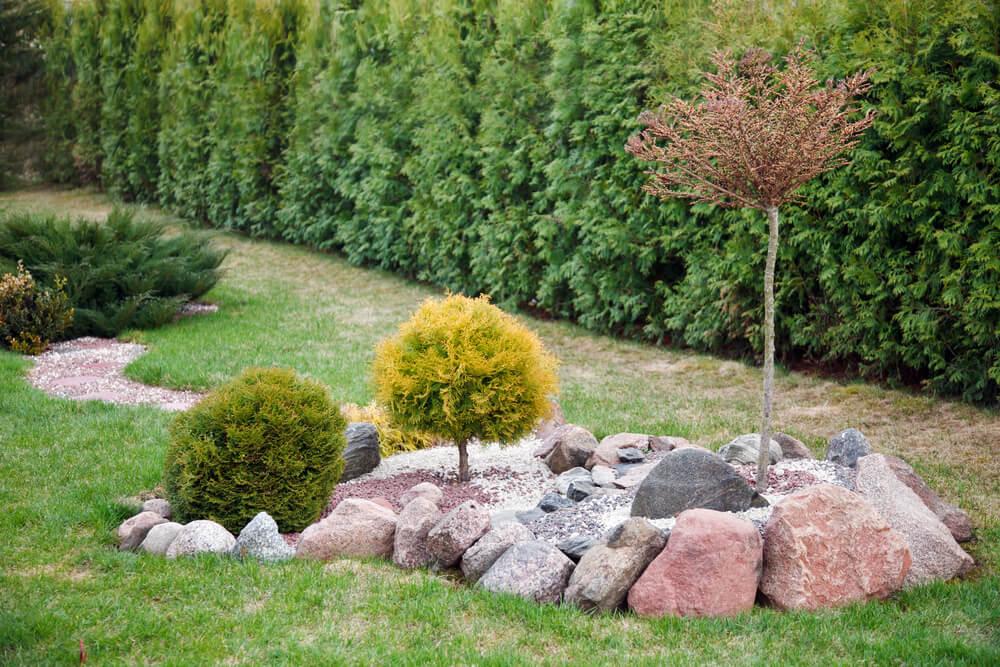 Klein rotselement in tuin