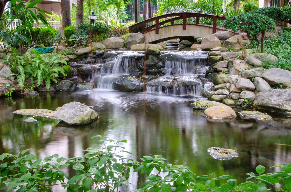 Chinese rotstuin met waterval